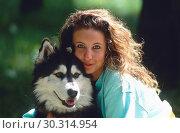 Купить «Woman embracing Siberian Husky.», фото № 30314954, снято 22 марта 2019 г. (c) age Fotostock / Фотобанк Лори