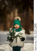 Cute little girl portrait with bouquet of white tulips flowers at sunny spring day. Стоковое фото, фотограф Julia Shepeleva / Фотобанк Лори