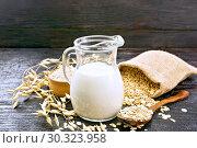 Молоко овсяное в кувшине на доске. Стоковое фото, фотограф Резеда Костылева / Фотобанк Лори