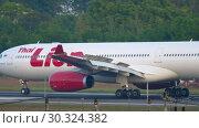 Купить «Airplane braking after landing», видеоролик № 30324382, снято 1 декабря 2018 г. (c) Игорь Жоров / Фотобанк Лори