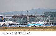 Купить «Embraer ERJ-175 taxiing», видеоролик № 30324594, снято 17 июля 2017 г. (c) Игорь Жоров / Фотобанк Лори
