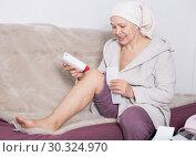 Купить «Woman doing body hair removal», фото № 30324970, снято 21 марта 2017 г. (c) Яков Филимонов / Фотобанк Лори
