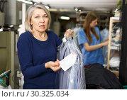 Купить «Woman disagree with price of service», фото № 30325034, снято 22 января 2019 г. (c) Яков Филимонов / Фотобанк Лори