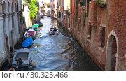 Солнечный день на городском канале. Венеция, Италия (2017 год). Редакционное видео, видеограф Виктор Карасев / Фотобанк Лори