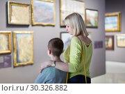 Mother and son regarding paintings in halls of museum. Стоковое фото, фотограф Яков Филимонов / Фотобанк Лори