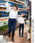Купить «Woman with boy looking for aquarium fishes», фото № 30327290, снято 27 февраля 2019 г. (c) Яков Филимонов / Фотобанк Лори