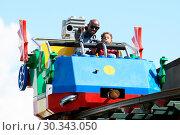 Купить «Mo Farah out and about in Legoland resort Windsor with his family earlier today Featuring: Mo Farah, Hussein Farah Where: Windsor, United Kingdom When: 01 Sep 2017 Credit: WENN.com», фото № 30343050, снято 1 сентября 2017 г. (c) age Fotostock / Фотобанк Лори
