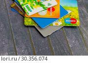 Купить «На поверхности лежат пластиковые банковские карты и другие», фото № 30356074, снято 20 марта 2019 г. (c) Людмила Капусткина / Фотобанк Лори