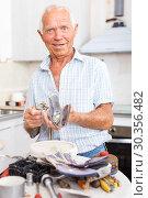 Купить «Man preparing faucet for installation», фото № 30356482, снято 19 июня 2018 г. (c) Яков Филимонов / Фотобанк Лори