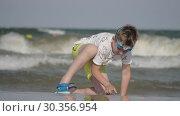 Купить «Boy spending hot summer day at the seaside», видеоролик № 30356954, снято 20 марта 2019 г. (c) Данил Руденко / Фотобанк Лори