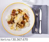 Купить «Top view of baked potatoes with cauliflower, bacon, cheese sauce», фото № 30367670, снято 19 апреля 2019 г. (c) Яков Филимонов / Фотобанк Лори