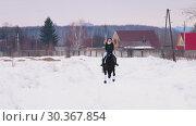 Купить «A woman riding a horse in a village», видеоролик № 30367854, снято 23 июля 2019 г. (c) Константин Шишкин / Фотобанк Лори