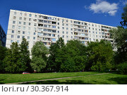 Купить «Двенадцатиэтажный четырёхподъездный панельный жилой дом 1605-АМ(1605АМ/12Ю), построен в 1978 году. Дубнинская улица, 28, корпус 1. Район Восточное Дегунино. Город Москва», эксклюзивное фото № 30367914, снято 23 июня 2015 г. (c) lana1501 / Фотобанк Лори