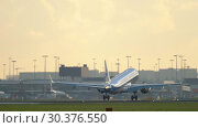 Купить «KLM Cityhopper Embraer ERJ-190 approaching», видеоролик № 30376550, снято 25 июля 2017 г. (c) Игорь Жоров / Фотобанк Лори