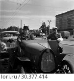 Купить «Berlin, GDR, traffic policeman stopped a driver in an oldtimer F5 of the car manufacturer MAF», фото № 30377414, снято 14 июля 1964 г. (c) Caro Photoagency / Фотобанк Лори