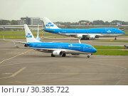 Купить «Самолеты Boeing 737-800 и Boeing 747-400М авиакомпании KLM Royal Dutch Аирлинес на летном поле аэропорта Схипхол. Амстердам, Нидерланды», фото № 30385722, снято 30 сентября 2017 г. (c) Виктор Карасев / Фотобанк Лори