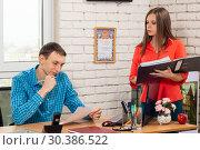 Купить «Секретарь поясняет содержание документа руководителю», фото № 30386522, снято 17 марта 2019 г. (c) Иванов Алексей / Фотобанк Лори