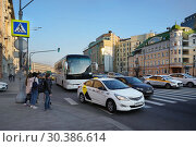 Купить «Москва, Садовое кольцо. Наземный пешеходный переход через Садовую-Спасскую улицу», эксклюзивное фото № 30386614, снято 15 апреля 2018 г. (c) Dmitry29 / Фотобанк Лори