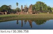 Купить «Руины буддистского храма Wat Chana Songkram солнечным днем. Сукхотай, Таиланд», видеоролик № 30386758, снято 25 декабря 2018 г. (c) Виктор Карасев / Фотобанк Лори