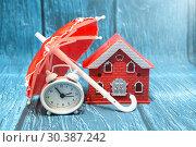 Купить «Домик, зонтик и часы. Безопасный бизнес», фото № 30387242, снято 8 марта 2019 г. (c) Наталья Осипова / Фотобанк Лори