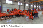 Купить «Plant for the production of agricultural machinery. Workers make the assembly of agricultural machinery.», видеоролик № 30389110, снято 21 июня 2018 г. (c) Андрей Радченко / Фотобанк Лори