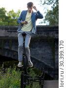 Купить «Sam Goodburn performs stunts in his unicycle on railings in front of StockBridge in Edinburgh. Featuring: Sam Goodburn Where: Edinburgh, United Kingdom When: 07 Aug 2017 Credit: Euan Cherry/WENN.com», фото № 30399170, снято 7 августа 2017 г. (c) age Fotostock / Фотобанк Лори