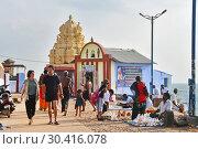 Индия, Тамилнад. Люди гуляют по мысу коморин ( Каньякумари) (2019 год). Редакционное фото, фотограф Овчинникова Ирина / Фотобанк Лори