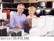 Купить «Adults are choosing consumer electronics», фото № 30416346, снято 17 июня 2019 г. (c) Яков Филимонов / Фотобанк Лори
