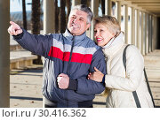 Купить «Mature husband points to something interesting», фото № 30416362, снято 22 апреля 2019 г. (c) Яков Филимонов / Фотобанк Лори