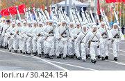 Купить «Russia Samara November 2018: Soldiers skiers in white winter camouflage suits parade across the square.», фото № 30424154, снято 7 ноября 2018 г. (c) Акиньшин Владимир / Фотобанк Лори