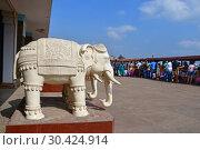 Купить «Скульптуры слонов у входа на территорию мемориала, посвящённого Свами Вивекананде, национальному герою Индии. Каньякумари, мыс Коморин в штате Тамилнад», фото № 30424914, снято 15 марта 2019 г. (c) Овчинникова Ирина / Фотобанк Лори