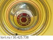 """Запасное колесо на автомобиле """"Паккард"""" (Twelve series 1507, модель 1039) 1937 года выпуска на выставке старых и редких автомобилей (2018 год). Редакционное фото, фотограф Сергей Рыбин / Фотобанк Лори"""
