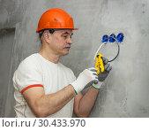 Пожилой электрик  с инструментом в руке. Стоковое фото, фотограф Александр Романов / Фотобанк Лори