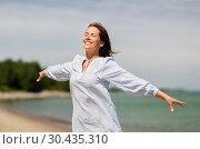 Купить «happy smiling woman on summer beach», фото № 30435310, снято 15 июня 2018 г. (c) Syda Productions / Фотобанк Лори