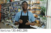 Friendly experienced salesman of household store offering goods. Стоковое видео, видеограф Яков Филимонов / Фотобанк Лори