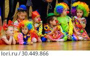 Купить «Unidentified children 4-5 years old in clown costumes at a party», видеоролик № 30449866, снято 14 марта 2019 г. (c) Антон Гвоздиков / Фотобанк Лори