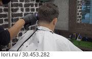 Купить «Middle aged man doing barbershop haircut», видеоролик № 30453282, снято 5 апреля 2020 г. (c) Антон Гвоздиков / Фотобанк Лори