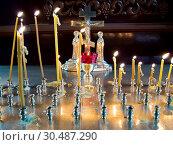 Горящие свечи перед распятием в интерьере православного храма. Стоковое фото, фотограф Вячеслав Палес / Фотобанк Лори