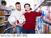 Купить «Man and girl selecting toilet paper», фото № 30487902, снято 14 марта 2017 г. (c) Яков Филимонов / Фотобанк Лори