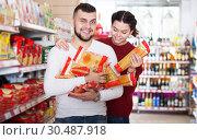 Купить «Customers choosing pasta», фото № 30487918, снято 14 марта 2017 г. (c) Яков Филимонов / Фотобанк Лори