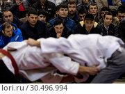 Купить «Зрители смотрят поединок борцов во время открытого чемпионата по борьбе на поясах во время празднования Навруза на ВДНХ в городе Москве», фото № 30496994, снято 24 марта 2019 г. (c) Николай Винокуров / Фотобанк Лори