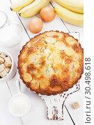 Купить «Манник с бананами на столе. Домашняя кухня», фото № 30498618, снято 3 апреля 2019 г. (c) Надежда Мишкова / Фотобанк Лори