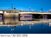 Купить «Литейный мост через Неву с ночной подсветкой. Санкт-Петербург», фото № 30501058, снято 6 апреля 2019 г. (c) Румянцева Наталия / Фотобанк Лори