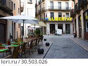 Narrow street in old town and word Libertad. Girona, Catalonia, Spain (2019 год). Редакционное фото, фотограф Papoyan Irina / Фотобанк Лори