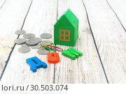 Купить «Бумажный зеленый домик и деньги. Покупка нового дома», фото № 30503074, снято 21 мая 2018 г. (c) Наталья Осипова / Фотобанк Лори