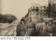 Купить «Солдаты в тулупах на улицах зимнего города. 1944», фото № 30522310, снято 13 июля 2020 г. (c) Retro / Фотобанк Лори