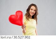 Купить «teenage girl with red heart-shaped balloon», фото № 30527902, снято 29 января 2019 г. (c) Syda Productions / Фотобанк Лори