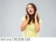 Купить «happy young woman or teenage girl with headphones», фото № 30528126, снято 29 января 2019 г. (c) Syda Productions / Фотобанк Лори