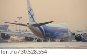 Купить «Cargo jet Boeing 747-8F taxiing to runway, winter view», видеоролик № 30528554, снято 29 ноября 2017 г. (c) Данил Руденко / Фотобанк Лори