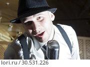 Retro gangster singer. Стоковое фото, фотограф Tryapitsyn Sergiy / Фотобанк Лори